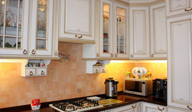 Бордюр в кухонной мебели кухни угловые оранжево-черные